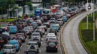 Kendaraan bermotor terjebak kemacetan di kawasan Jalan Sudirman, Jakarta, Senin (1/3/2021). Aturan ini tertuang dalam Instruksi Gubernur Nomor 66 Tahun 2019 Tentang Pengendalian Kualitas Udara. Adapun larangan ini diproyeksikan berlaku efektif pada tahun 2025. (Liputan6.com/Faizal Fanani)