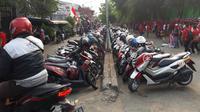 Parkir liar di Stadion Patriot saat Timnas Indonesia U-23 bertanding. (KLY Sports/Fitri Apriani)