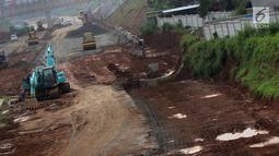 Suasana pengerjaan salah satu ruas jalan tol yang melintasi Kota Depok, Jawa Barat, Selasa (9/4). Jalan tol ini masuk dalam Proyek Tol Cijago Seksi II dengan panjang 5,5 kilometer yang menghubungkan Jalan Raya Bogor hingga Kukusan pengerjaannya mencapai 99 persen. (Liputan6.com/Helmi Fithriansyah)