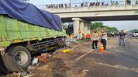Jajaran Polres Majalengka melakukan olah TKP di lokasi kecelakaan maut Tol Cipali yang mengakibatkan empat orang meninggal dunia. Foto (istimewa)