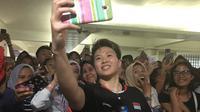 Liliyana Natsir melayani permintaan foto dari penggemarnya setelah final Indonesia Masters 2019. (Bola.com/Benediktus Gerendo Pradigdo)
