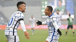 Striker Inter Milan, Alexis Sanchez, melakukan selebrasi bersama Lautaro Martinez, usai mencetak gol ke gawang Sassuolo pada laga Liga Italia di Stadion Mapei, Sabtu (28/11/2020). Inter Milan menang dengan skor 3-0. (Massimo Paolone/LaPresse via AP)