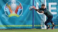 Kiper timnas Italia, Gianluigi Donnarumma mengambil bagian dalam sesi latihan mereka di Acqua Acetosa Sports Center di Roma, Selasa (15/6/2021). Timnas Italia akan meladeni Swiss di Stadio Olimpico, Roma di laga kedua Grup A Euro 2020 pada Kamis, 17 Juni 2021 dini hari WIB. (ANDREAS SOLARO / AFP)