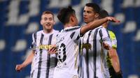 Striker Juventus, Cristiano Ronaldo (kanan) melakukan selebrasi usai mencetak gol kedua timnya ke gawang Sassuolo dalam laga lanjutan Liga Italia 2020/2021 pekan ke-36 di Mapei-Citta del Tricolore Stadium, Rabu (12/5/2021). Juventus menang 3-1 atas Sassuolo. (AFP/Marco Bertorello)