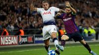 Pemain Barcelona, Lionel Messi (kanan) berebut bola dengan bek Tottenham Toby Alderweireld saat bertanding dalam Grup B Liga Champions di Stadion Wembley, London, Inggris, Rabu (3/10). Barcelona membantai Tottenham 4-2. (AP Photo/Kirsty Wigglesworth)