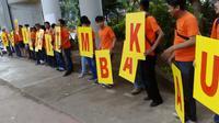 Beberapa pemuda mengampanyekan Terima Kasih Tembakau di Pancoran, Jakarta (Liputan6.com/ Putu Merta Surya Putra)