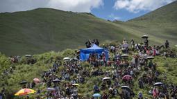 Warga desa menonton pacuan kuda di Lhasa, Daerah Otonom Tibet, China barat daya, 8 Agustus 2020. (Xinhua/Purbu Zhaxi)