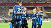 Pemain Inter Milan merayakan gol yang dicetak Romelu Lukaku ke gawang Bayer Leverkusen pada perempat final Liga Europa 2019/2020 di Merkur Spiel-Arena, Jerman, Selasa (11/8/2020) dini hari WIB. Inter Milan menang 2-1 atas Bayer Leverkusen. (AFP/Martin Meissner/pool)
