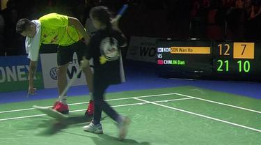 Video unik saat Lin Dan peraih medali emas olimpiade bulutangkis dari Tiongkok rela membantu mengepel lantai yang basah di laga final Jerman Terbuka 2016 melawan Son Wan Ho dari Korea Selatan, Minggu (6/3/2016).