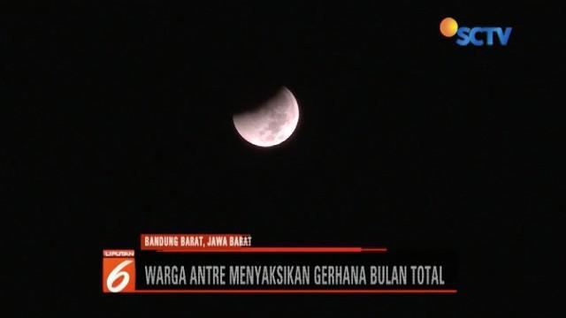 Fenomena gerhana bulan total dengan durasi terlama menarik perhatian masyarakat. Warga Lembang, Bandung Barat, rela menunggu dengan gelar tenda di Imah Noong.