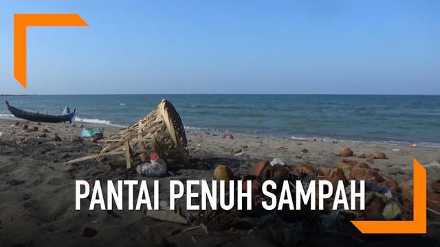 Pantai Ujong Blang dipenuhi sampah dari pengunjung dan para penjual makanan. Kondisi ini membuat wisatawan tak nyaman.