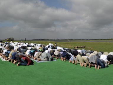 Umat Muslim India bersujud berdoa memohon turun hujan di depan Danau Himayat Sagar di Hyderabad, India, Minggu (21/7/2019). Angin muson yang melanda sejumlah negara bagian India selatan, yang di antaranya, Telangana, Andhra Pradesh dan Tamil Nadu menyebabkan kekeringan parah. (AFP Photo/Noah Seelam)