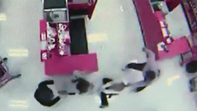 Remakan CCTV pertengkaran di dalam toko Target. (Sumber WTAE)