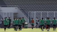 Para pemain Timnas Indonesia tampak lelah usai latihan di Stadion Madya Senayan, Jakarta, Selasa (22/11). Latihan ini persiapan jelang laga Piala AFF 2018 menghadapi Filipina. (Bola.com/Yoppy Renato)