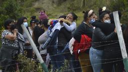 Kerabat narapidana berkumpul di luar penjara Turi tempat kerusuhan narapidana pecah di Cuenca, Ekuador (23/2/2021). Edmundo Moncayo, selaku direktur penjara, mengatakan, 800 kantor polisi telah membantu mengendalikan kerusuhan yang terjadi di fasilitas tersebut.  (Boris Romoleroux/API via AP)