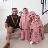Teuku Wisnu dan Shireen Sungkar bersama ketiga buah hati. (dok. Instagram @shireensungkar/https://www.instagram.com/p/ByPiwG1FHwd/Putu Elmira)