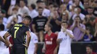 Striker Juventus, Cristiano Ronaldo, menerima kartu merah pada laga Grup H Liga Champions, di Mestalla, Rabu (19/9/2018). (AFP/Javier Soriano)