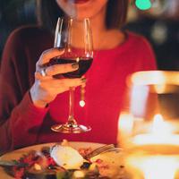 Ilustrasi makan malam romantis. (dok. pexels.com/Elina Sazonova)