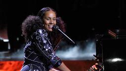 Alicia Keys saat menghibur penonton dalam acara WE Day California di Inglewood, California, AS (27/4). Penyanyi 36 tahun ini memutuskan tidak mengenakan make up sejak penampilannya di MTV VMA 2016. (AP Photo/Chris Pizzello)