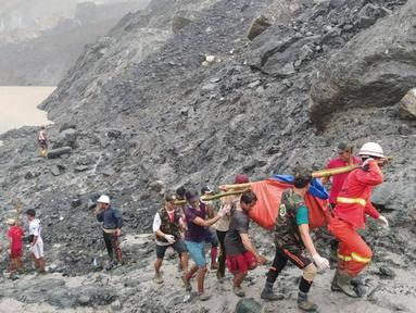 Para penyelamat mengangkut jasad seorang korban usai terjadinya insiden tanah longsor di lokasi penambangan batu giok di Hpakant, Negara Bagian Kachin, Myanmar (2/7/2020). Tanah longsor diakibatkan hujan monsun di Negara Bagian Kachin, Myanmar tersebut. (Xinhua/Departemen Pemadam Kebakaran Myanmar)