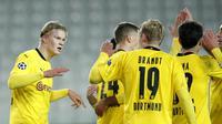 Pemain Borussia Dortmund merayakan gol yang dicetak Erling Haaland ke gawang Club Brugge pada laga lanjutan Liga Champions di Jan Breydel Stadion, Kamis (5/11/2020) dini hari WIB. Borussia Dortmund menang 3-0 atas Club Brugge. (AP Photo/ Francisco Seco)