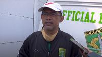 Pelatih Persebaya Surabaya, Aji Santoso. (Bola.com/Aditya Wany)
