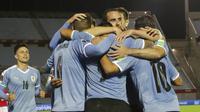 Para pemain Uruguay merayakan gol yang dicetak Luis Suarez ke gawang Chile pada Kualifikasi Piala Dunia 2022 Zona CONMEBOL, Jumat (9/10/2020) pagi WIB. (Raul Martinez/Pool via AP)