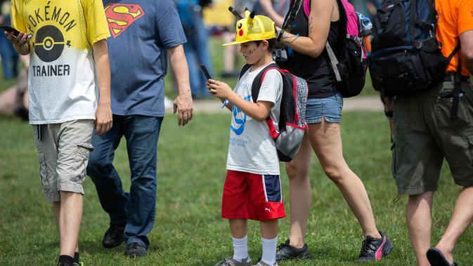 Seorang anak laki-laki mengenakan topi Pikachu dalam Festival Pokemon Go, di Giant Park, Chicago, Sabtu (22/7). Festival ini diadakan dalam rangka perluncuran produk baru Pokemon Go oleh sebuah pengembang game mobile Niantic. (AP/Erin Hooley)