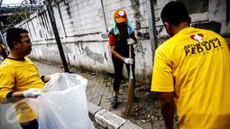 Karyawan dan relawan Artha Graha Peduli membersihkan sampah di kawasan Jakarta Pusat, (21/02). Peringatan bersih sampah nasional sebagai bentuk dukungan terhadap  pemerintah dalam mendorong Indonesia bebas sampah pada 2020. (Liputan6.com/Fery Pradolo)