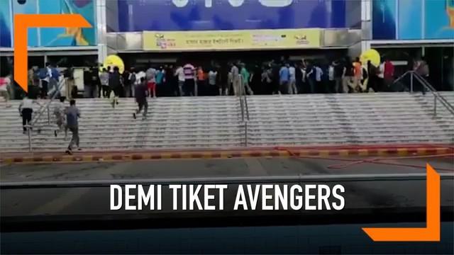 Penggemar film di Dhaka, Bangladesh berlarian berebut tiket Avengers: Endgame saat bioskop baru saja buka. Beberapa bahkan menginap di lokasi agar mendapat tiket.