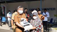 Bupati garut Rudy Gunawan secara simbolis memberikan bantuan sosial berupa beras dari pemerintah pusat bagi perwakilan KPM PKH di Garut. (Liputan6.com/Jayadi Supriadin)