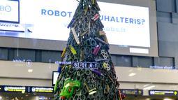 Pohon Natal yang dirakit dari barang-barang sitaan di Bandara Vilnius, Lithuania pada 12 Desember 2019. Pohon tersebut mayoritas terbuat dari gunting, cutter, pemantik api, dan aneka macam pisau. (Photo by Petras Malukas / AFP)