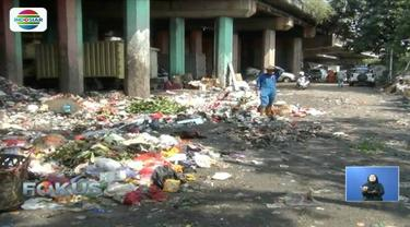 Masalah sampah Jakarta seakan sulit diselesaikan. Sampah di kolong Tol Wiyoto Wiyono misalnya, kian hari kian bertambah.
