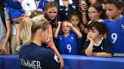 Eugenie Le Sommer striker Prancis tak kuasa menyembunyikan rasa kecewanya bersama suporter cilik setelah Prancis gugur di permepat final Piala Dunia Wanita 2019.  ( AFP/Franck Fife )