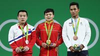 Sinphet Kruithong, kanan, meraih medali perunggu.