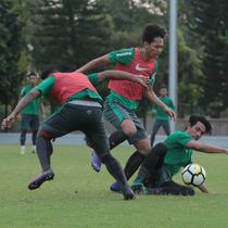 Pemain Timnas Indonesia U-23, Hanif Syahbandi (kanan) berebut bola dengan rekannya saat sesi latihan perdana setelah Idul Fitri di Lapangan ABC Senayan, Jakarta (20/6/2018). Indonesia akan melawan Korea pada laga uji coba 23-6-2018. (Bola.com/Nick Hanoatu