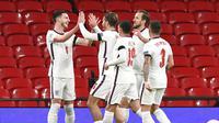 Para pemain Inggris merayakan gol yang dicetak oleh Declan Rice ke gawang Islandia pada laga UEFA Nations League di Stadion Wembley, Kamis (19/11/2020). Inggris menang dengan skor 4-0. (Neil Hall/Pool via AP)