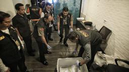 Satgas Anti Mafia Bola Polri mengamankan barang bukti hasil penggeledahan dari kantor PSSI di FX Tower, Jakarta, Rabu (30/1). Dokumen tersebut berkaitan dengan anggaran tahun 2017 dan 2018 dari PSSI. (Liputan6.com/Faizal Fanani)