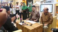 Ketua MPR RI, Zulkifli Hasan mengunjungi tenan Badan Amil Zakat Nasional dalam rangka kampanye gerakan bazar zakat.