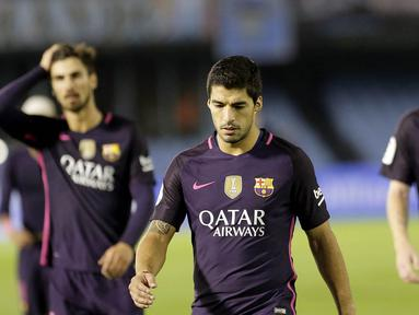 Penyerang Barcelona, Luis Suarez, dan rekan-rekannya tampak kecewa usai takluk dari Celta Vigo pada laga La Liga di Stadion Balaidos, Vigo, Minggu (2/10/2016). Barcelona kalah 3-4 dari Celta Vigo. (EPA/Lavandeira Jr)