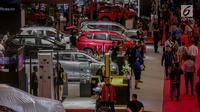 Pengunjung memadati ruang pamer pada pembukaan The 19th Indonesia International Motor Show (IIMS) 2019 pada hari pertama pembukaan di JIExpo Kemayoran, Jakarta, Kamis (25/4). Pameran industri otomotif tersebut berlangsung 25 April - 5 Mei 2019. (Liputan6.com/Faizal Fanani)