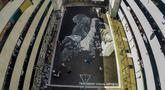 Sejumlah seniman melukis mural raksasa pada lantai sebuah lapangan basket untuk menghormati mantan bintang NBA Kobe Bryant dan putrinya Gianna di Taguig City, Filipina, Selasa (28/1/2020). Kobe Bryant dan Gianna meninggal dalam kecelakaan helikopter pada 26 Januari 2020. (Xinhua/Rouelle Umali)