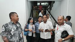 Relawan LRJ usai memberikan laporan tambahan di Polda Metro Jaya, Jakarta, Rabu (16/11). Relawan Jokowi tambahkan bukti laporan terkait dugaan penghinaan Presiden yang dilakukan Ahmad Dhani saat unjuk rasa beberapa waktu lalu. (Liputan6.com/Yoppy Renato)