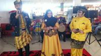 Nyanyian dan tarian Melayu di Bandara Pekanbaru (Liputan6.com / M.Syukur)
