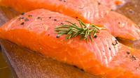Ketika Anda merasa lelah, cobalah untuk mengkonsumsi ikan salmon yang telah diolah menjadi masakan kesukaan Anda. Cukup makan sedikitnya 50 gram ikan salmon, hal ini sudah bisa membuat Anda lebih bersemangat serta terjaga. (Istimewa)