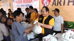 Penyerahan paket sembako murah oleh direktur Bank Artha Graha Andy Kasih kepada warga Sawah Besar, Jakarta, Minggu (24/1/2014). (Media Center AGN - AGP)