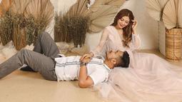 Selain dikenal dermawan, Tom Liwafa juga menjadi suami yang romantis. Ia selalu meluangkan waktu untuk menemani sang istri. Seperti kali ini, Tom Liwafa ikut menjalani maternity shoot kehamilan kedua sang istri. Keduanya terlihat begitu mesra. (Liputan6.com/IG/@deltahesti)
