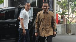Menteri Dalam Negeri (Mendagri) Gamawan Fauzi (batik cokelat) tiba untuk menjalani pemeriksaan di Gedung KPK, Jakarta, Rabu (8/5/2019). Gamawan Fauzi diperiksa sebagai saksi kasus dugaan korupsi e-KTP dengan tersangka politikus Golkar Markus Nari. (merdeka.com/Dwi Narwoko)