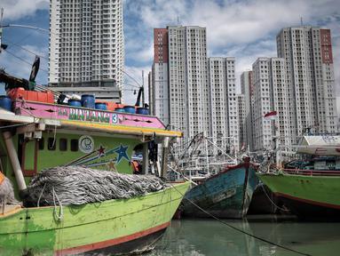 Deretan kapal nelayan terparkir di Pelabuhan Muara Angke, Jakarta, Kamis (27/12). Sekitar 2.000 nelayan tradisional Muara Angke libur melaut akibat cuaca buruk. (Liputan6.com/Faizal Fanani)