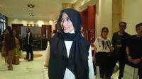 Annisa Trihasari gunakan gaya hijab yang sederhana dan kasual